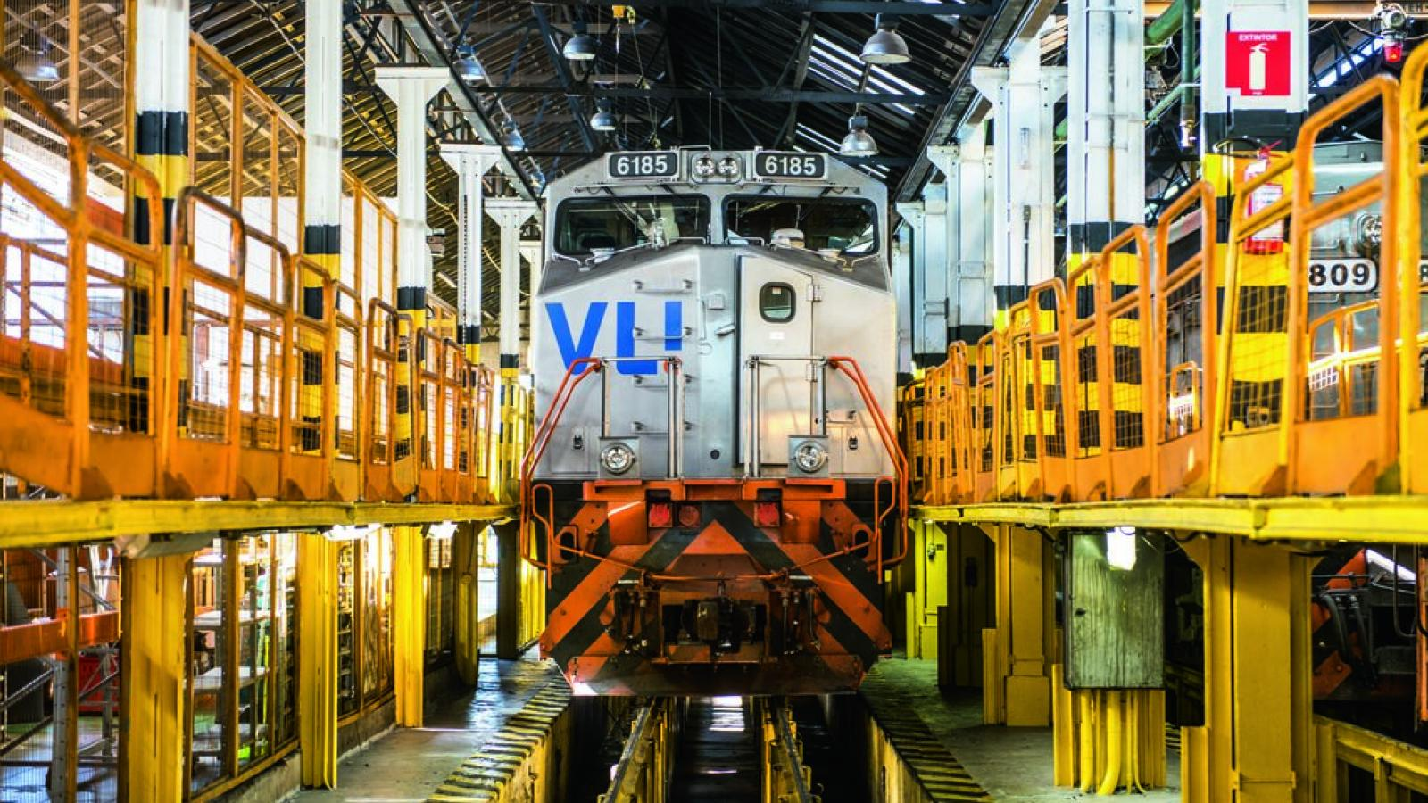 head-on view of locomotive with VLI logo